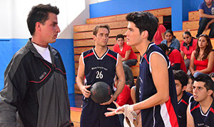 Último Año actors in scene as basketball players